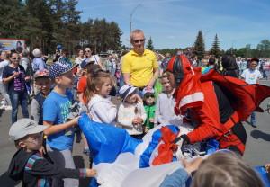 Дети приветствуют парашютиста после приземления