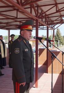 Гвардейцев с юбилеем поздравляет командующий войсками ЗОК генерал-майор Виктор Хренин