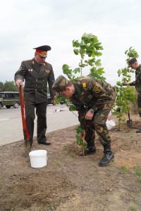 Командующий войсками ЗОК генерал-майор Виктор Хренин принимает участие в закладке памятной аллеи в честь 75-летия со дня формирования бригады (2)