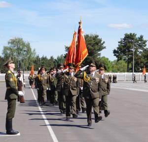 Войска проходят торжественным маршем