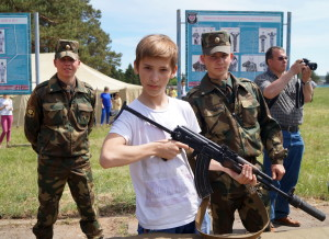 Юный участник праздника Владислав Михалевич, который недавно перешел в восьмой класс средней школы № 28 города Гродно