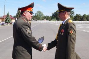 Награды лучшим военнослужащим вручает командующий войсками ЗОК генерал-майор Виктор Хренин (2)