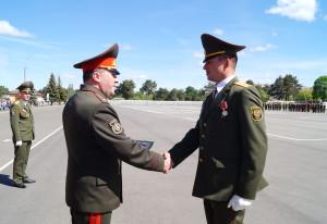 Награды лучшим военнослужащим вручает командующий войсками ЗОК генерал-майор Виктор Хренин