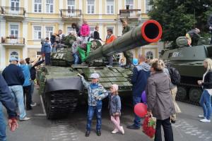 Детвора на выставке вооружения, военной и специальной техники
