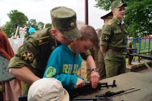 На выставке образцов стрелкового оружия военного факультета в ГрГУ