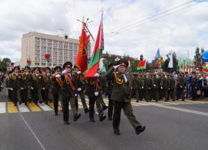 Торжественным маршем проходят офицеры управления ЗОК