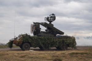 Боевая машина ЗРК Оса выполняет задачу противовоздушного прикрытия подразделения С-300 (5)