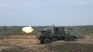Зенитная установка ЗУ-23-2 ведет огонь по воздушной цели