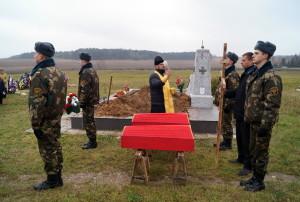 Братсукую могилу и останки воинов освятил иерей Василий Татарчук (3)