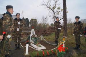 У обелиска в почетном карауле застыли воины-гвардейцы разведподразделения 6-й омбр