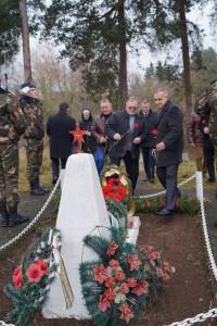 Ветераны возлагают цветы к подножию мемориала (2)