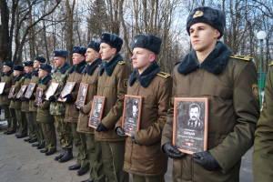 Военнослужащие, курсанты с портретами погибших в Афганистане уроженцев города (2)