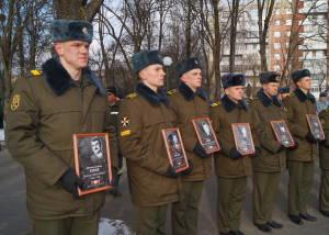 Военнослужащие, курсанты с портретами погибших в Афганистане уроженцев города