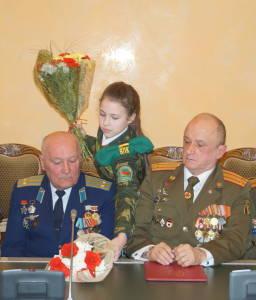Юные патриоты вручают цветы ветеранам войны в Афганистане