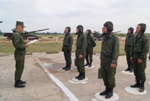 Командир роты гв.ст.л-т Евгений Кепурко инструктирует подчиненных перед выполнением упрахнения контрольных стрельб