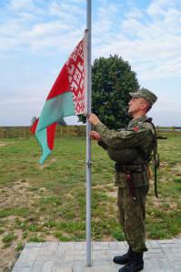 Подъем государственного флага в ходе ритуала заступления 1 зенитного ракетного полка на учебно-боевое дежурство