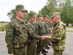 Руководитель учения генерал-майор Олег Белоконев вручает награды отличившимся военнослужащим
