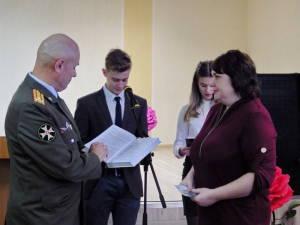 Педагоги и учащиеся общаются с ветеранами Вооруженных Сил