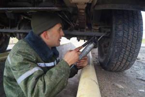 Водитель-санитар рядовой Виталий Кучура осуществляет смазочные работы на автомобиле в ходе первода (4)
