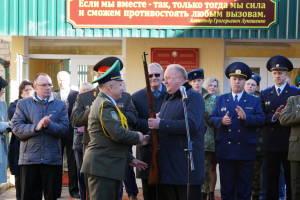 Зам.председателя облисполкома Виктор Лискович вручает новый экспонат для музея кадетского училища