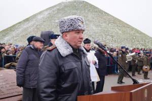 Новобранцев поздравляет командующий войсками ЗОК генерал-майор Виктор Хренин