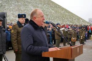 Новобранцев поздравляет заместитель председателя Гродненского облисполкома Виктор Лискович