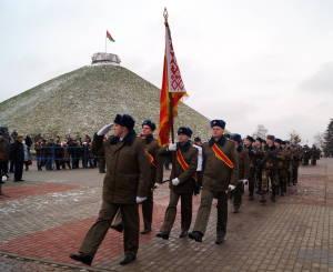 Войска проходят торжественным маршем (2)