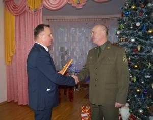 Главный врач дома ребенка Олег Стребков благодарит военнослужащих за заботу