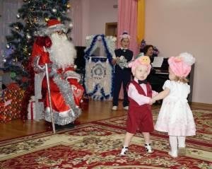 Малыши танцуют в ходе новогоднего утренника