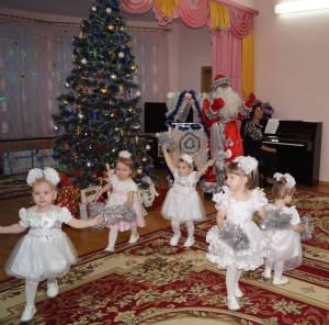 Танец снежинок в исполнении воспитанниц дома ребенка