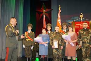 Генерал-майор Руслан Косыгин благодарит матерей правофланговых солдат за достойное воспитание сыновей