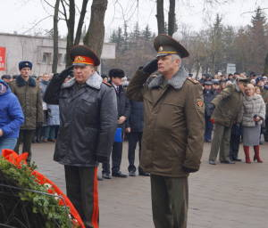 Командующий войсками ЗОК генерал-майор Виктор Хренин (слева) в ходе возложения венка к монументу