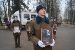 Курсанты военного факультета в ГрГУ с портретами погибших воинов-интернационалистов (2)