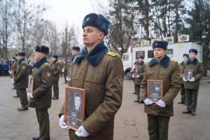 Курсанты военного факультета в ГрГУ с портретами погибших воинов-интернационалистов