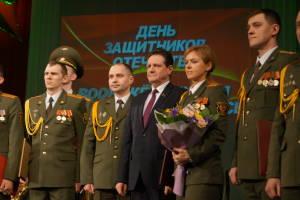 Председатель Гродненского городского Совета депутатов Борис Федоров с награжденными военнослужащими