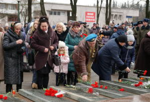 Родные погибших на Афганской войне солдат возлагают цветы к мемориалу (2)
