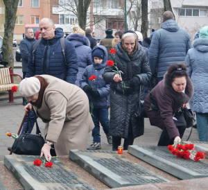 Родные погибших на Афганской войне солдат возлагают цветы к мемориалу