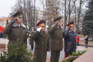 Венок возложили командующий войсками ЗОК генерал-майор Виктор Хренин (справа) и его заместители