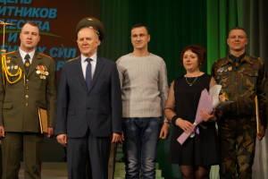 Владимир Кравцов на сцене с награжденными военнослужащими и родителями солдат