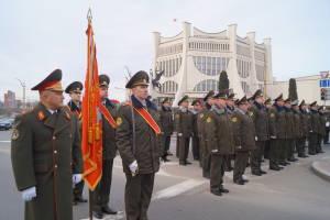 Военнослужащие у подножия монумента воинам-освободителям
